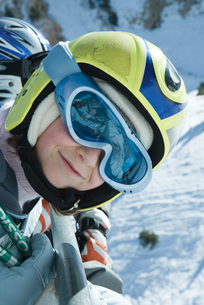 Girl wearing ski goggles and helmetの写真素材 [FYI04318828]