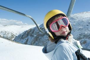 Girl on ski liftの写真素材 [FYI04318835]