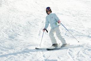 Teenage girl skiing on ski slopeの写真素材 [FYI04318843]