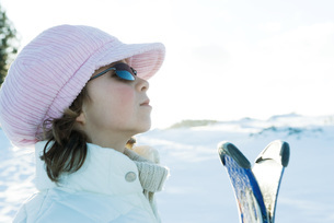 Young skier wearing cap, profileの写真素材 [FYI04318852]