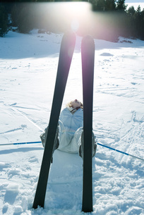 Skier lying on back in snowの写真素材 [FYI04318861]