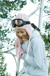 Girl holding on to ski liftの写真素材 [FYI04318885]