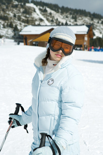 girl wearing ski-suit and gogglesの写真素材 [FYI04318888]