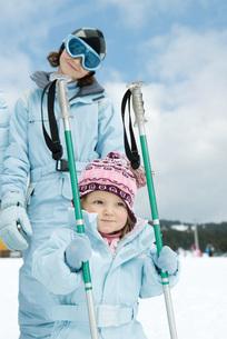 Toddler girl holding ski sticksの写真素材 [FYI04318893]