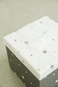 Christmas gift, on floorの写真素材 [FYI04318906]