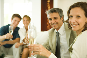 Couple making a toast with champagneの写真素材 [FYI04318907]
