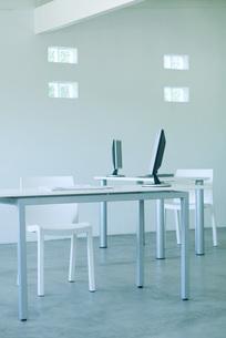 Desktop computers on desks in officeの写真素材 [FYI04318909]