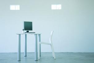 Desktop computer on desk in officeの写真素材 [FYI04318914]
