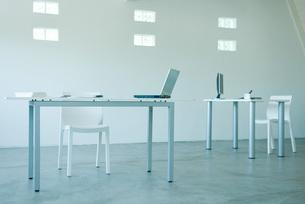 Computers on desks in officeの写真素材 [FYI04318915]