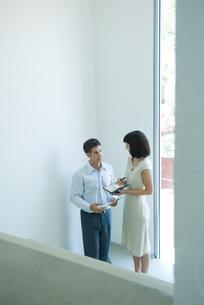 Man speaking to female colleagueの写真素材 [FYI04318933]