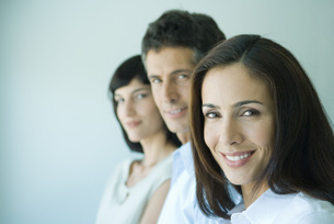 Business team in a row smilingの写真素材 [FYI04318943]