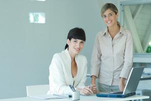 Two businesswomen in officeの写真素材 [FYI04318971]