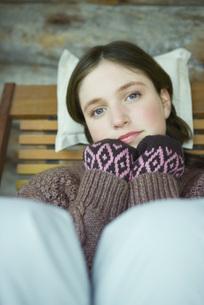 Teen girl wearing warm clothesの写真素材 [FYI04318974]