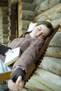 Girl falling asleep while holding bookの写真素材 [FYI04318976]