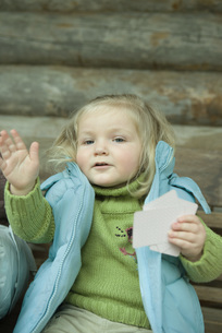 Toddler girl holding cardsの写真素材 [FYI04318983]