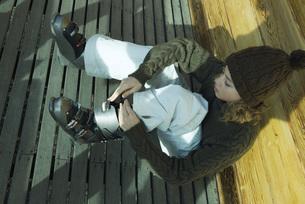 Teen girl putting on ski bootsの写真素材 [FYI04318987]