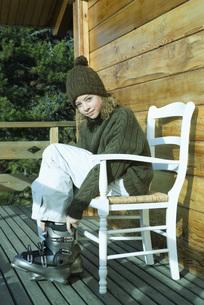 Teen girl putting on ski bootsの写真素材 [FYI04318988]