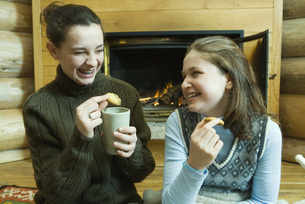 Girls having snack by fire placeの写真素材 [FYI04318992]
