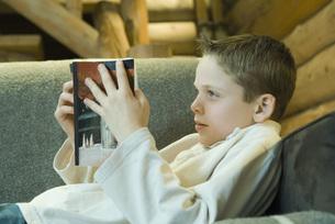 Preteen boy reading bookの写真素材 [FYI04319002]