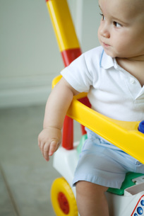 Baby sitting in toy strollerの写真素材 [FYI04319015]