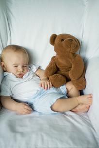 Baby sleeping with teddy bearの写真素材 [FYI04319016]