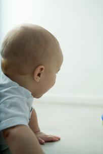 Baby on floor, head and shouldersの写真素材 [FYI04319028]