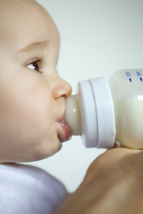 Baby drinking from bottleの写真素材 [FYI04319095]