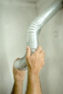 Man adjusting air duct of handsの写真素材 [FYI04319126]