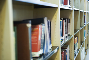 Bookshelves in libraryの写真素材 [FYI04319133]