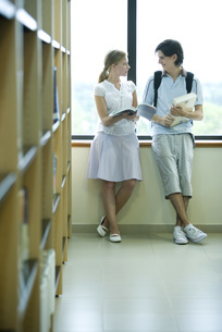 College students standingの写真素材 [FYI04319135]