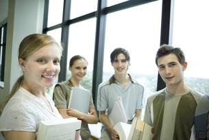 College students standing aroundの写真素材 [FYI04319139]
