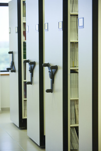 Periodical stacks in college libraryの写真素材 [FYI04319147]