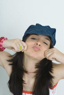Teenage girl making faces at cameraの写真素材 [FYI04319157]