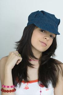 girl wearing cap, smiling at cameraの写真素材 [FYI04319158]