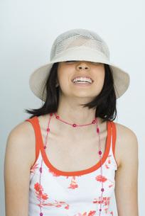 girl wearing hat, smiling, eyes closedの写真素材 [FYI04319160]