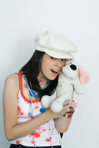 girl holding stuffed toy at cameraの写真素材 [FYI04319164]