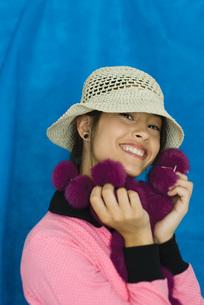 Teenage girl smiling at cameraの写真素材 [FYI04319171]