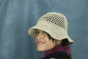 girl wearing sun hat over shoulderの写真素材 [FYI04319174]