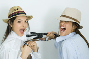 Two female friends dressed in hatsの写真素材 [FYI04319181]