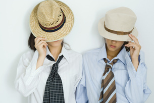 Two friends pulling hats downの写真素材 [FYI04319185]
