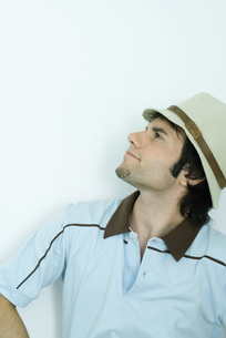 Young man wearing hat, looking upの写真素材 [FYI04319201]