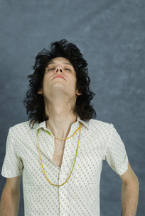 Teenage boy tossing hair, head backの写真素材 [FYI04319208]