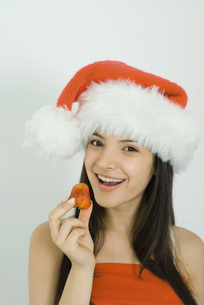 Woman wearing Santa hatの写真素材 [FYI04319213]