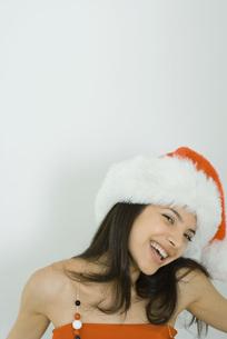 Woman wearing Santa hat at cameraの写真素材 [FYI04319214]