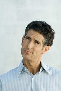 Mature man, looking upの写真素材 [FYI04319217]