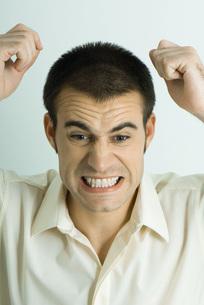 Man throwing tantrumの写真素材 [FYI04319249]
