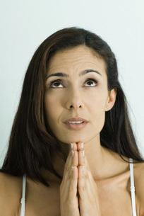 Woman holding hands in prayerの写真素材 [FYI04319252]