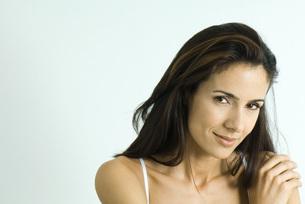 Woman looking, hand on shoulderの写真素材 [FYI04319255]