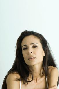 Woman looking at camera, furrowing browの写真素材 [FYI04319256]