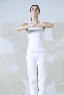 Woman standing in prayer positionの写真素材 [FYI04319276]